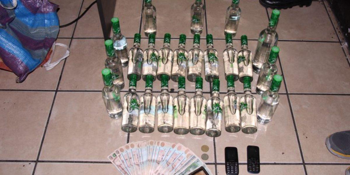 Este prófugo se atreve a ingresar 25 botellas de aguardiente en la cárcel y es detenido