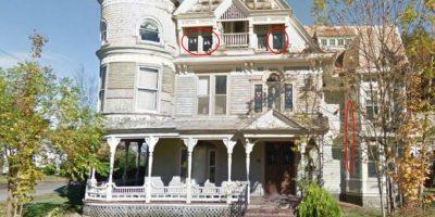 ¿De quién serán esas manos en las ventanas? Foto:Google Street View