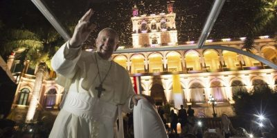 """""""Había un deseo que llegó, del otro lado también. Comenzó en enero del año pasado, después pasaron tres meses y solo recé sobre esto. No me decidí, pensaba qué podría hacer con estos dos que desde hace más de 50 años están así"""", dijo el religioso tras su visita a Sudamérica. Foto:AP"""