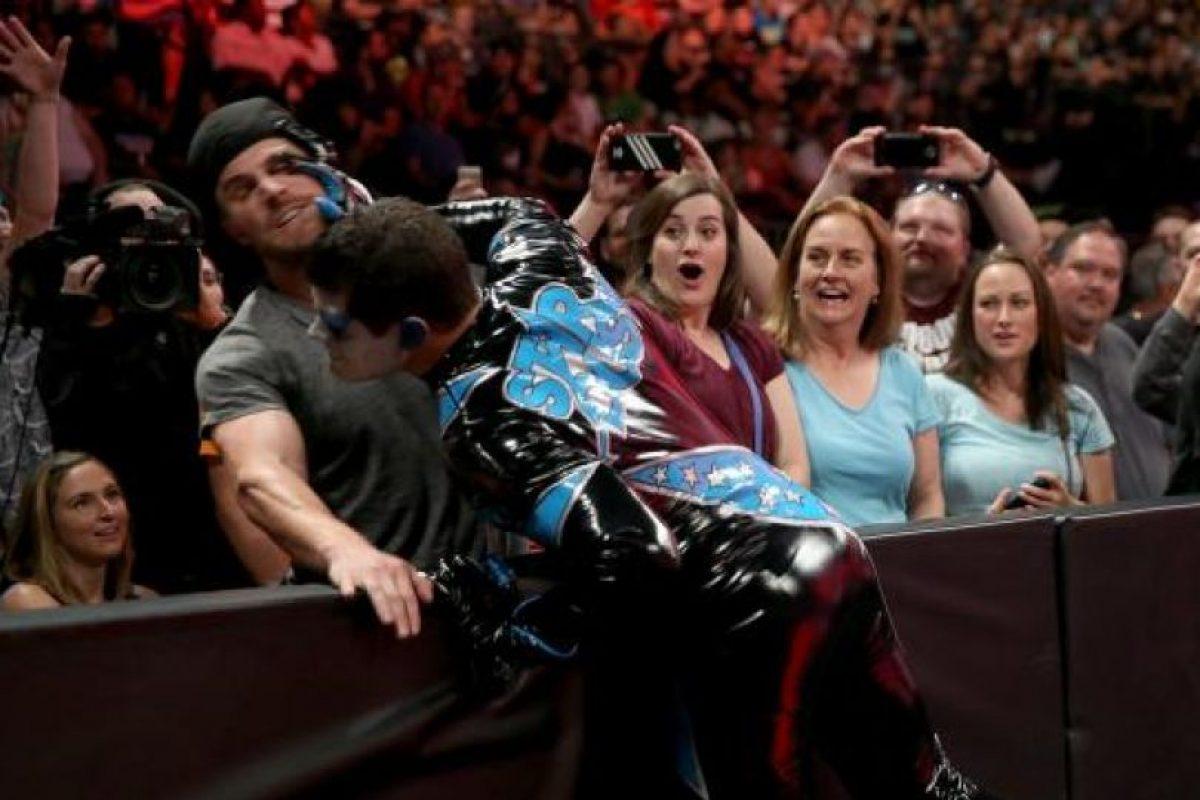 9. Un actor subirá al cuadrilátero. Stephen Amell se verá las caras con Stardust Foto:WWE