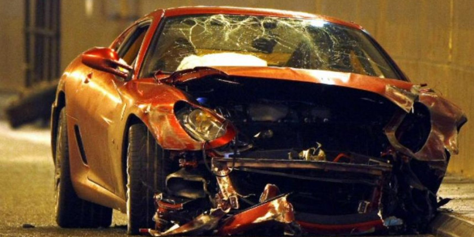 """En enero de 2009, antes de fichar por el Real Madrid, el astro portugués estrelló su Ferrari GTB Fiorano Spider en un túnel de Manchester. """"CR7"""" salió ileso y a nadie más afectó por el accidente, pero su auto quedó reducido a chatarra. Foto:AFP"""