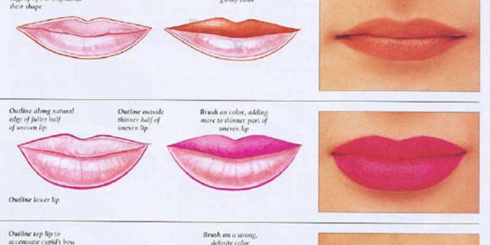 Si lo prefieren para lograr un efecto extra mate, apliquen polvo suelto con una brocha encima del labial. Foto:vía MakeupBelleza