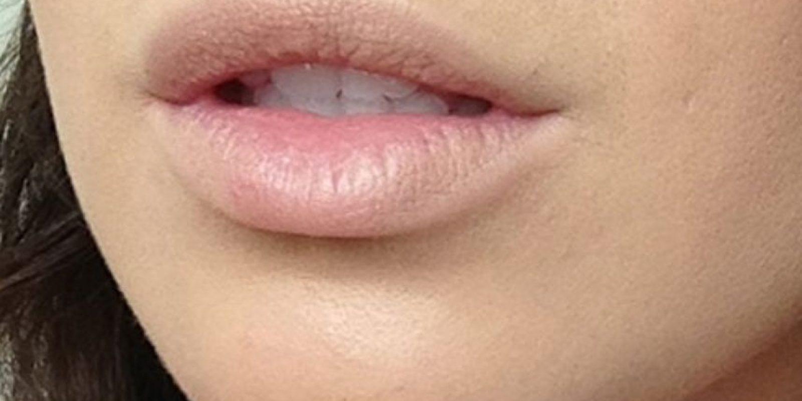 """La maquilladora colombiana Lina Toro nos recomienda en el blog """"Fashion Sense"""" tener los siguientes materiales para tener los labios de Kylie: – Corrector con base no grasa y que se adapte a su tono de piel – Polvo – Un delineador de labios en un tono cercano a su color natural de labios – Una barra de labios mate en el mismo tono del labial. Comiencen aplicando el corrector en todo el contorno de sus labios y dentro de ellos. Para hacer la forma necesitarán borrar por completo su forma natural y esto lo lograrán con el corrector. Foto:vía Makeup.com"""