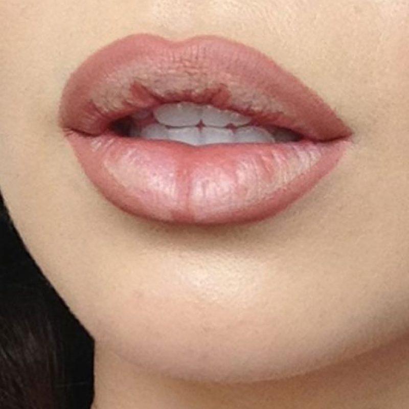 """Con el delineador de labios con muy buena punta comiencen a crear la forma de sus nuevos labios desplazándose ligeramente fuera del contorno natural. Es muy importante que al delinear no marquen el """"arco de cupido""""(es decir la parte de arriba) en forma de punta sino que hagas que esa parte quede muy redondeada. Foto:vía Makeup.com"""