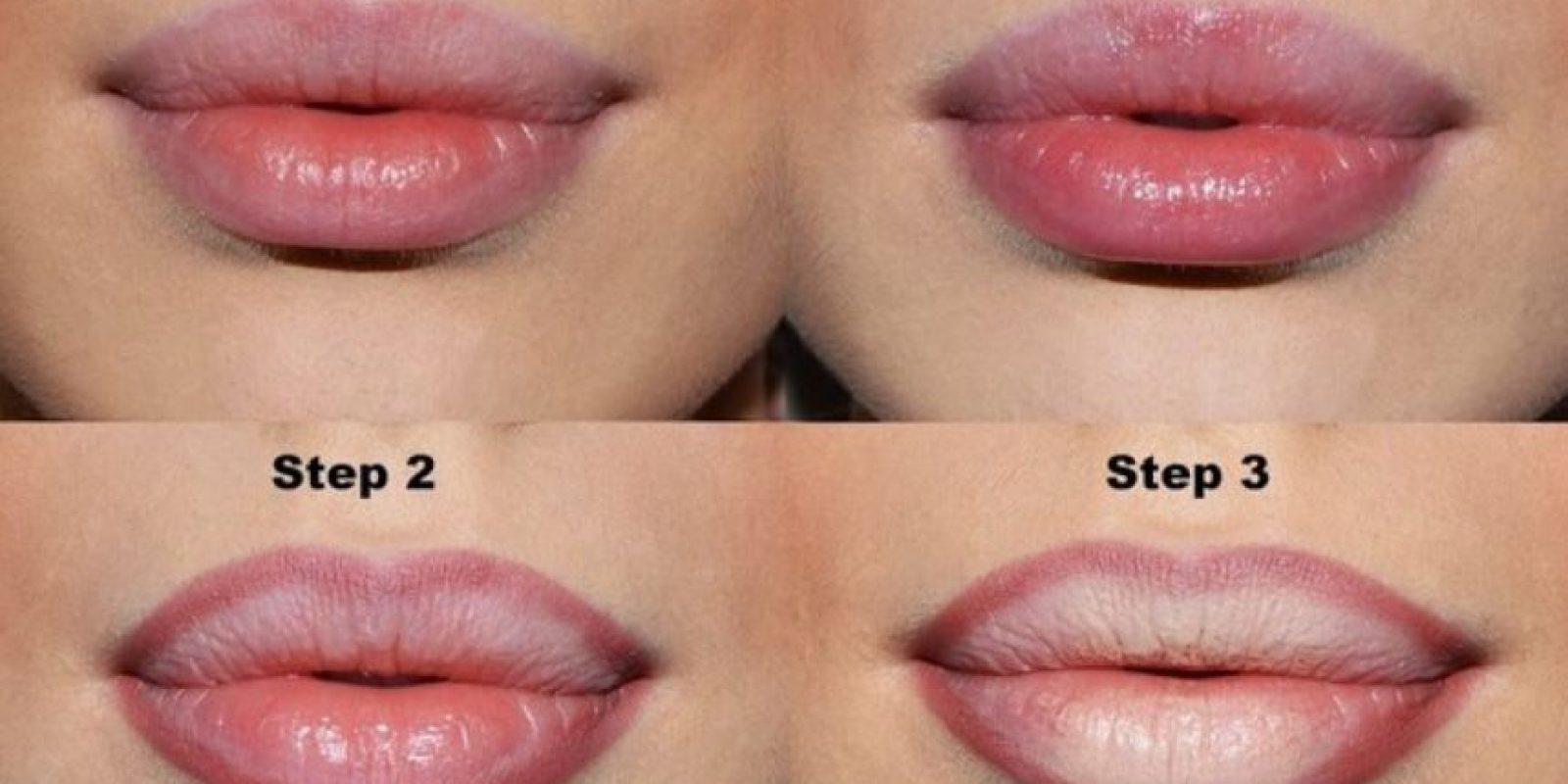A continuación, apliquen un poco de polvo para fijar el corrector y permitir que el labial fije mejor una vez aplicado. Foto:vía Makeup.com