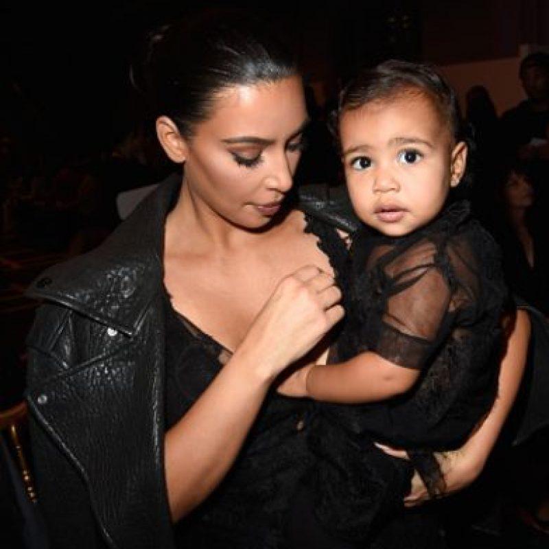 Un hijo no es un accesorio. Vale ya, que lo mismo le criticaron a Kate Moss cuando nació su hija Lila Rose. Foto:vía Getty Images