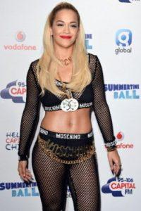 Pero Moschino revivió esta tendencia, con famosas como Rita Ora. Foto:vía Getty Images