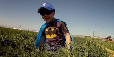 El niño padece leucemia desde que tiene 18 meses. Foto:vía Youtube/Warner Bros