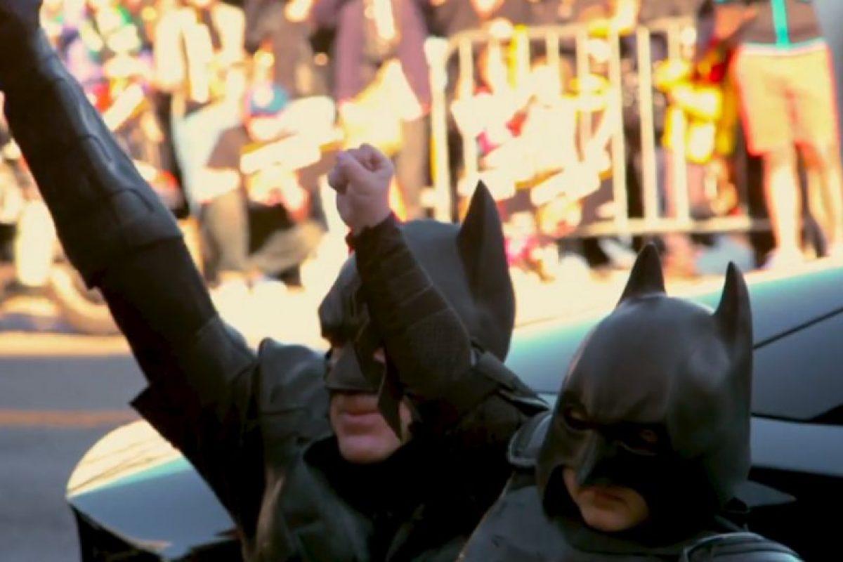 Miles de personas también participaron en la iniciativa. Foto:vía Youtube/Warner Bros