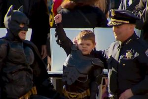 El documental también cuenta con las entrevistas hacia los padres del pequeño. Foto:vía Youtube/Warner Bros