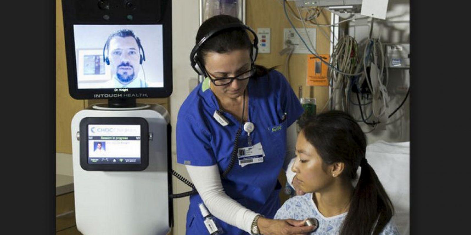 Los asistentes virtuales combinan unidades de telepresencia con herramientas de educación a distancia, un sistema que permite a los médicos atender a los pacientes sin estar presentes físicamente. Foto:iRobot / InTouch Health