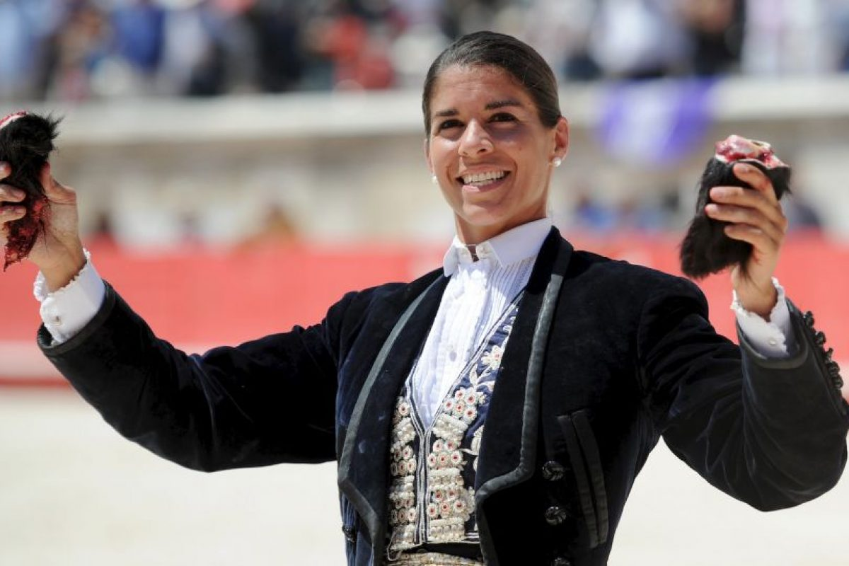 Como era de esperarse, ella terminó matando al toro y cortándole las dos orejas. Foto:vía AFP