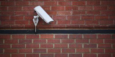 VIDEO: Increíble objeto luminoso es captado por una cámara de seguridad