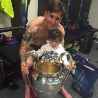 Leo y su hijo Thiago el 6 de junio tras ganar la Champions League. Foto:Vía instagram.com/leomessi