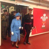 La reina salia de su reunión con soldados de Gales. Foto:Vía Twitter @ruthmosalski