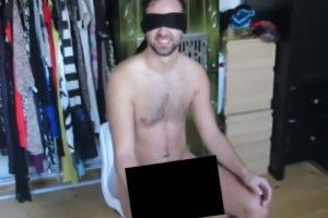 Colocó pegamento en su trasero desnudo Foto:Vía Youtube: ViralBrothers