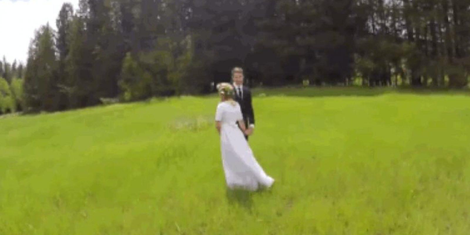 Un dron capta un momento romántico de una boda. Foto:vía Youtube