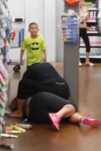2. Madre e hijo golpean a mujer en supermercado Foto:Vía Fox59