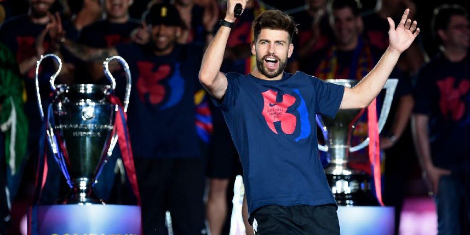 """Y es que Gerard Piqué se acordó del Real Madrid en los festejos de Barcelona por el """"triplete"""". Foto:AFP"""