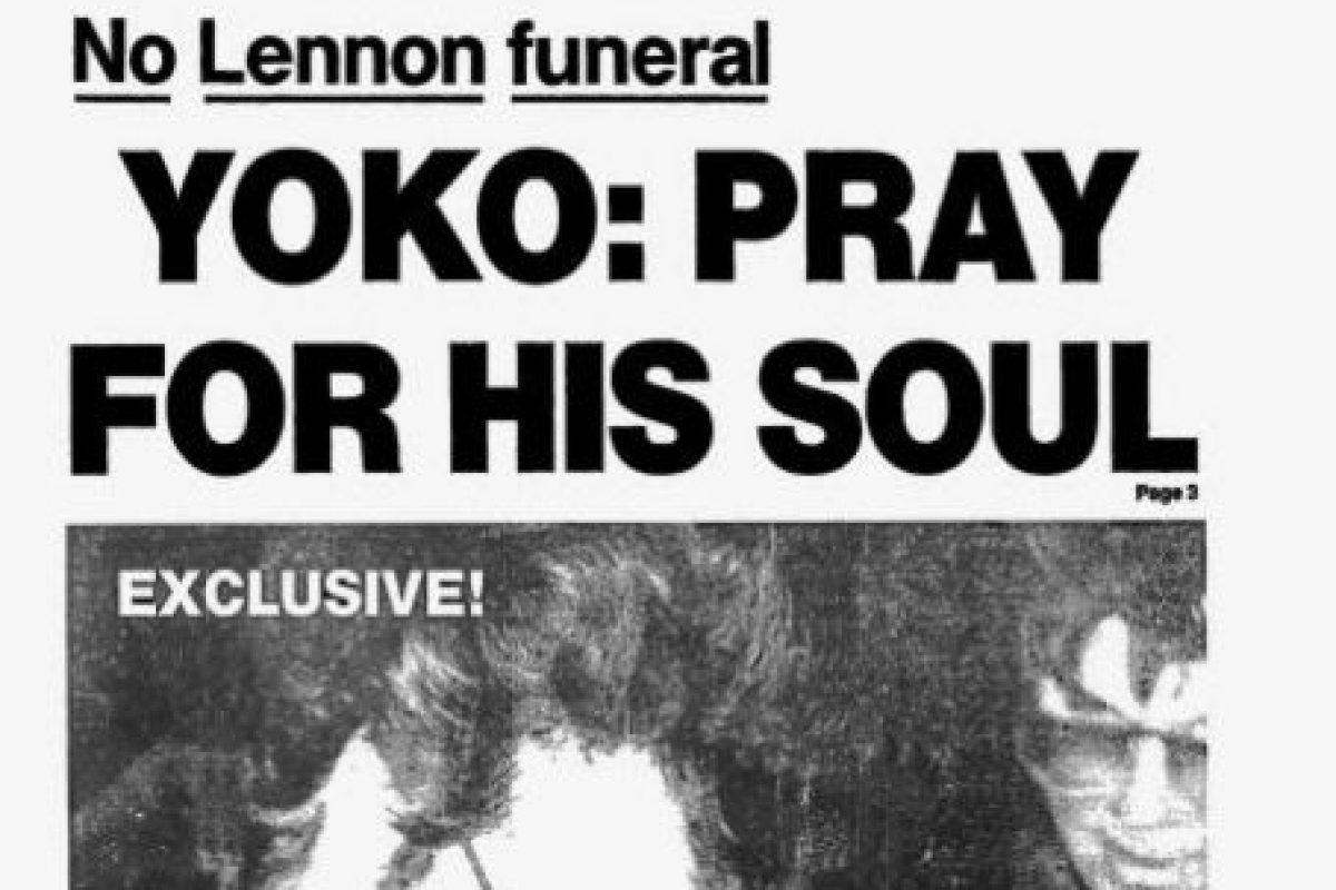John Lennon, firmándole un autógrafo a su asesino, Mark David Chapman. Foto:vía Getty Images