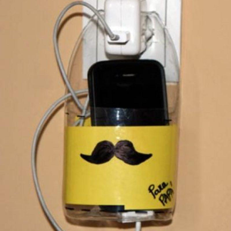 Un porta celular con estampado masculino: bigote.