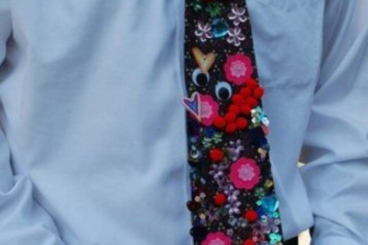 Corbata con calcomanías. Foto:Imgur