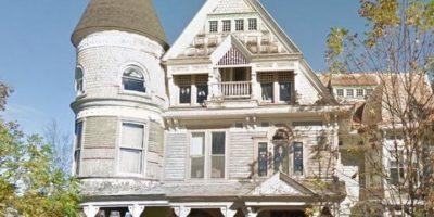 La casa localizada en las afueras de la ciudad de Nueva York de la década de 1880 tiene un escalofriante detalle. ¿Ya localizaron de qué se trata? Foto:Google Street View