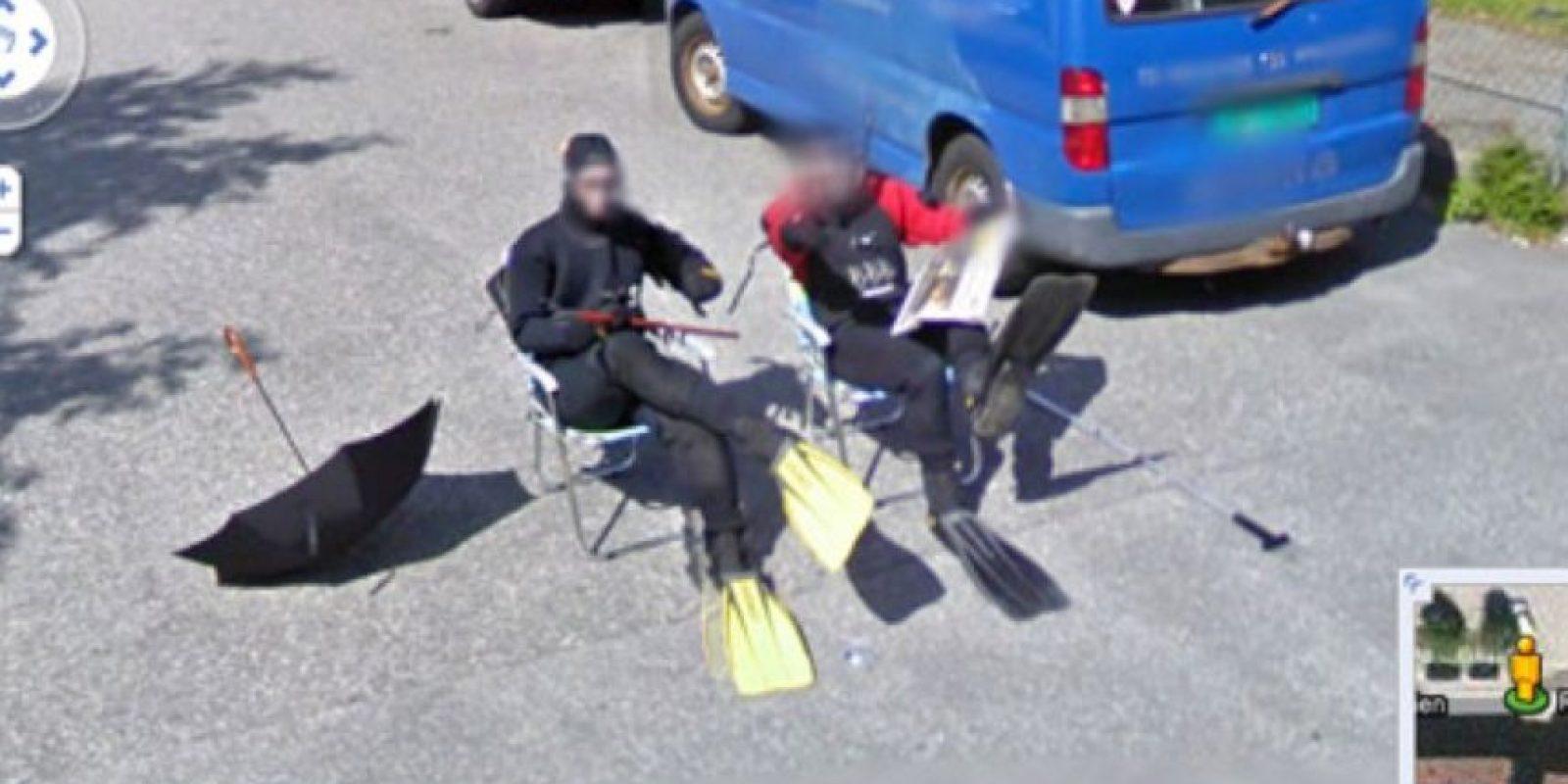 Buzos leyendo el periódico Foto:Google Street View