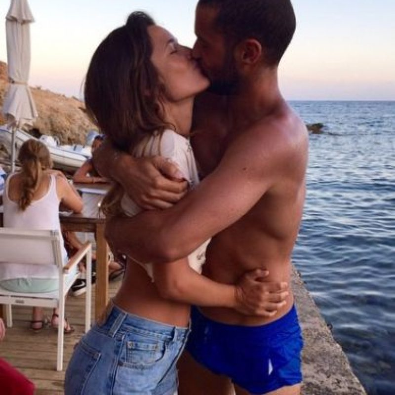 Mario Suárez al lado de su novia Malena Costa Foto:Vía instagram.com/malenacosta7