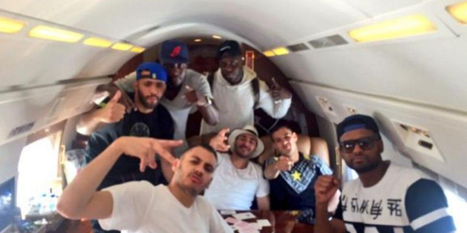 El galo con sus amigos rumbo a Los Ángeles, Estados Unidos Foto:Vía twitter.com/Benzema