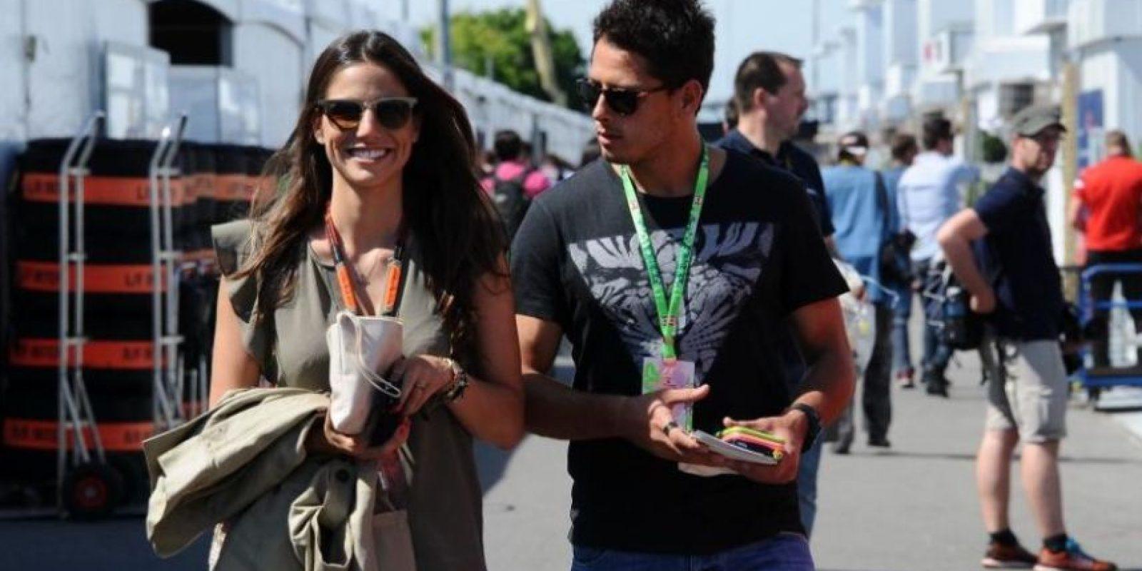 Javier Hernández con su pareja Lucía Villalón Foto:Twitter