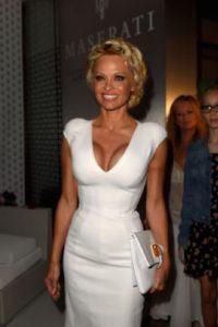 Pamela Anderson: en 1995, la actriz Pamela Anderson se casó con el baterista Tommy Lee. Unos meses después, él fue enviado a prisión por haberla pateado mientras estaba embarazada. Aún así, ella lo recibió cuando el salió de la cárcel. Foto:vía Getty Images