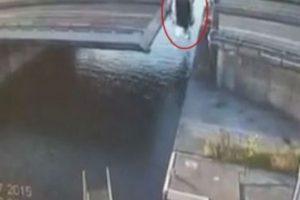 """La parte móvil del puente por el que pasaba se abrió 4 metros y el hombre trató cruzar el tramo tal como """"James Bond"""", pero cayó al agua en el intento. Inmediatamente fue llevado al hospital. Ahí se informí que su temeraria maniobra le dejó varias costillas rotas y un pulmón perforado, publicó el sitio """"Wereldregio"""". Foto:Vía Youtube/WereldRegio Schouwen-Duiveland"""