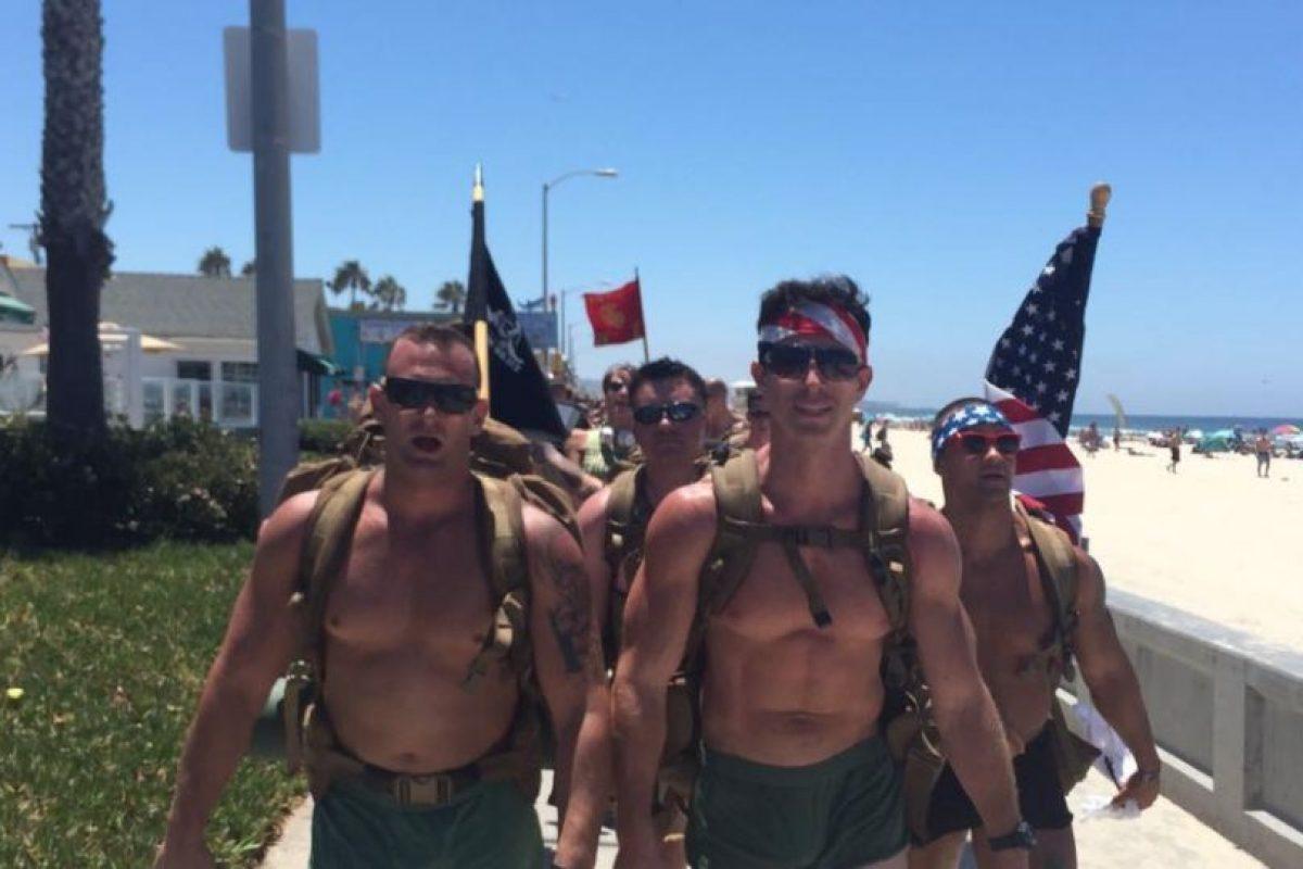 ¿Qué hacen un montón de ex marines caminando con solo shorts en San Diego? Foto:vía Facebook/ 22 with 22, for the 22 in silkies