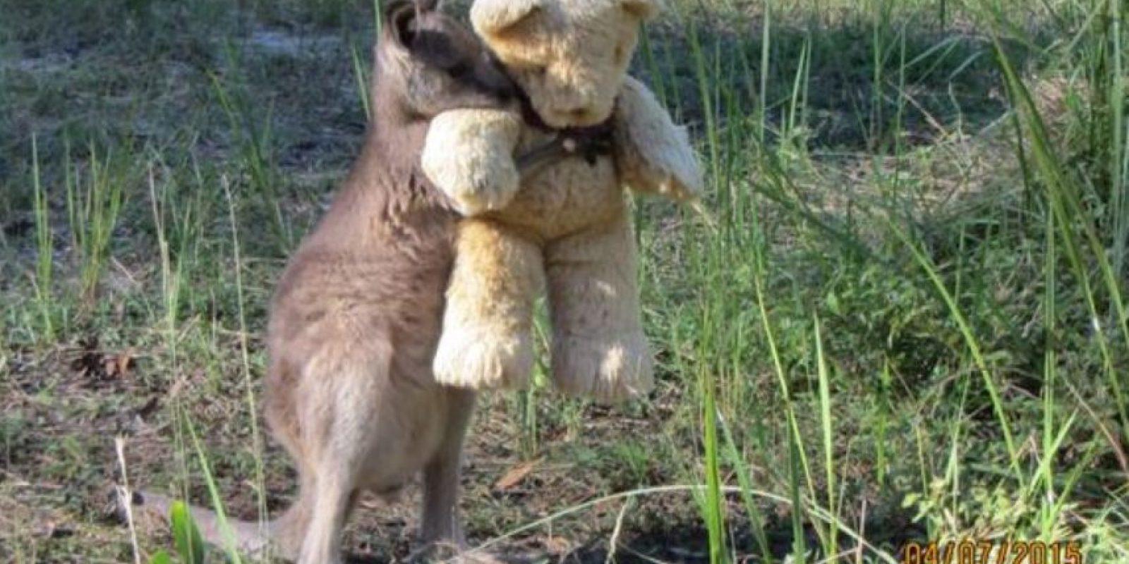 Miren cómo lo abraza. Foto:Vía Twitter