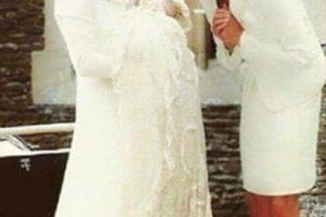 En la imagen se puede ver a la princesa Diana de pie junto a la Duquesa de Cambridge, de soltera Kate Middleton, contemplando con ternura a la princesa Charlotte de Cambridge por fuera de capilla Santa María Magdalena de Sandringham. Foto:Vía Twitter