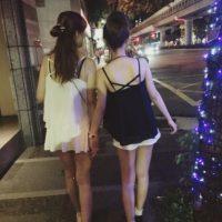 Así suelen caminar por las calles, tomadas de la mano. Foto:Vía Instagram/@pppig
