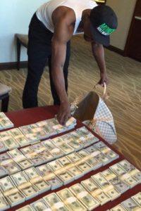 """Durante la llamada """"Pelea del Siglo"""", frente a Manny Pacquiao, """"Money"""" usó protectores bucales de 25 mil dólares. Estas piezas fueron hechas con incrustaciones de oro, billetes de 100 dólares y diamantes. Foto:Vía instagram.com/floydmayweather"""