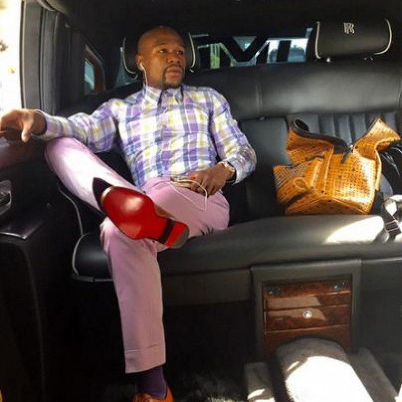 En abril de 2015 gastó 300 mil dólares en un autobús personalizado que cuenta con asientos para masajes y bar. Foto:Vía instagram.com/floydmayweather