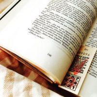 Primero, deben comprar dos libros idénticos. Uno para ustedes y otro para la persona que les atrae. Luego se buscan las palabras que se quieren integrar en el mensaje usando tres números: el primero para la página, el segundo para la línea y el tercero, para la posición de la palabra en esta línea. Foto:Vía instagram.com/explore/tags/book
