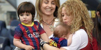 El pequeño parecía relajado y muy agosto en los brazos de su madre Foto:AFP