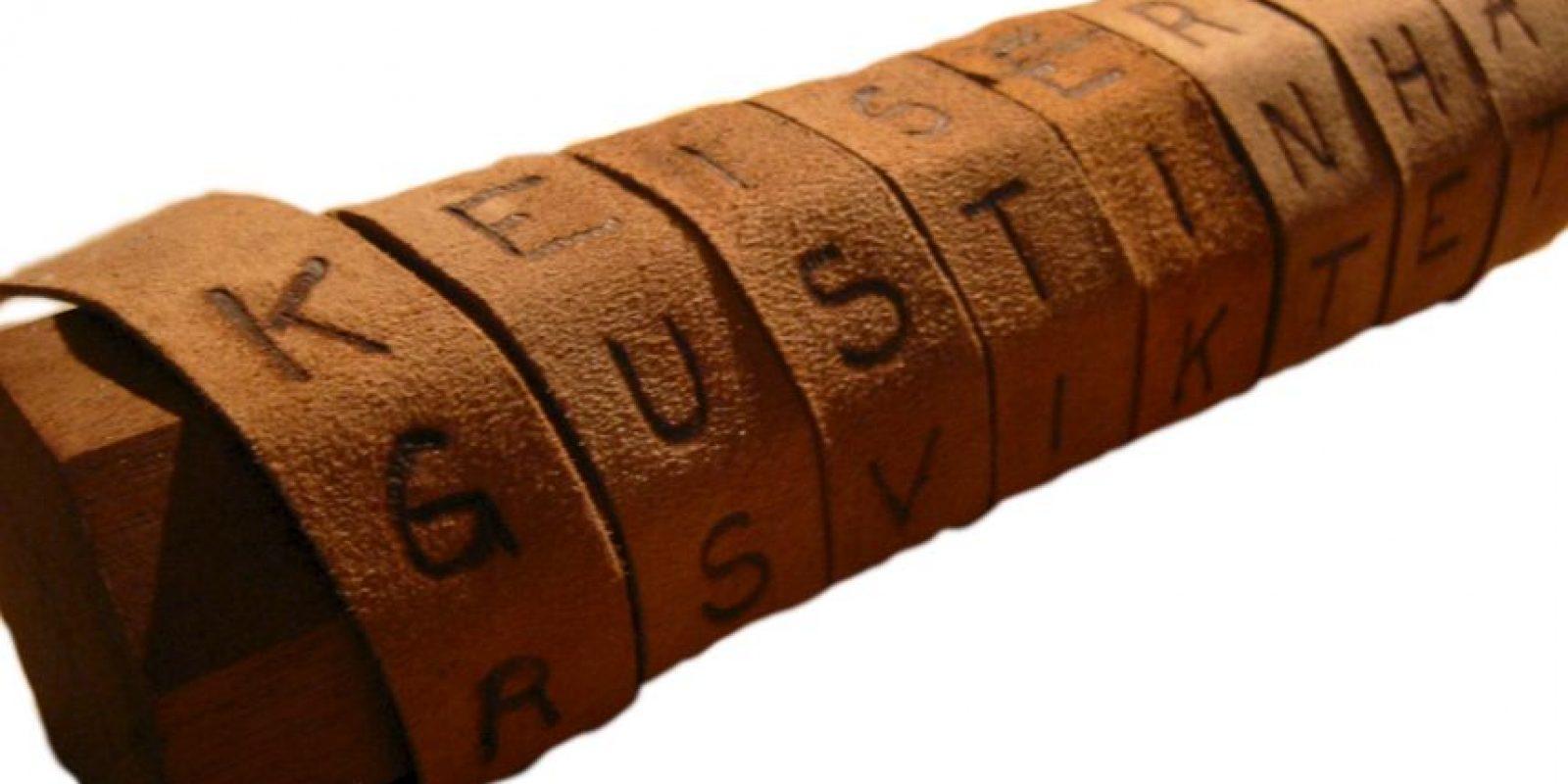 Sobre este papel escriben el mensaje, pero sólo se podrá leer si la persona que lo intercepta o recibe, tiene un tubo del mismo diámetro en el que el mensaje fue escrito. Es un ejemplo de cifrado de transposición (no cambia letras, sólo las cambiar de orden). Foto:Wikimedia
