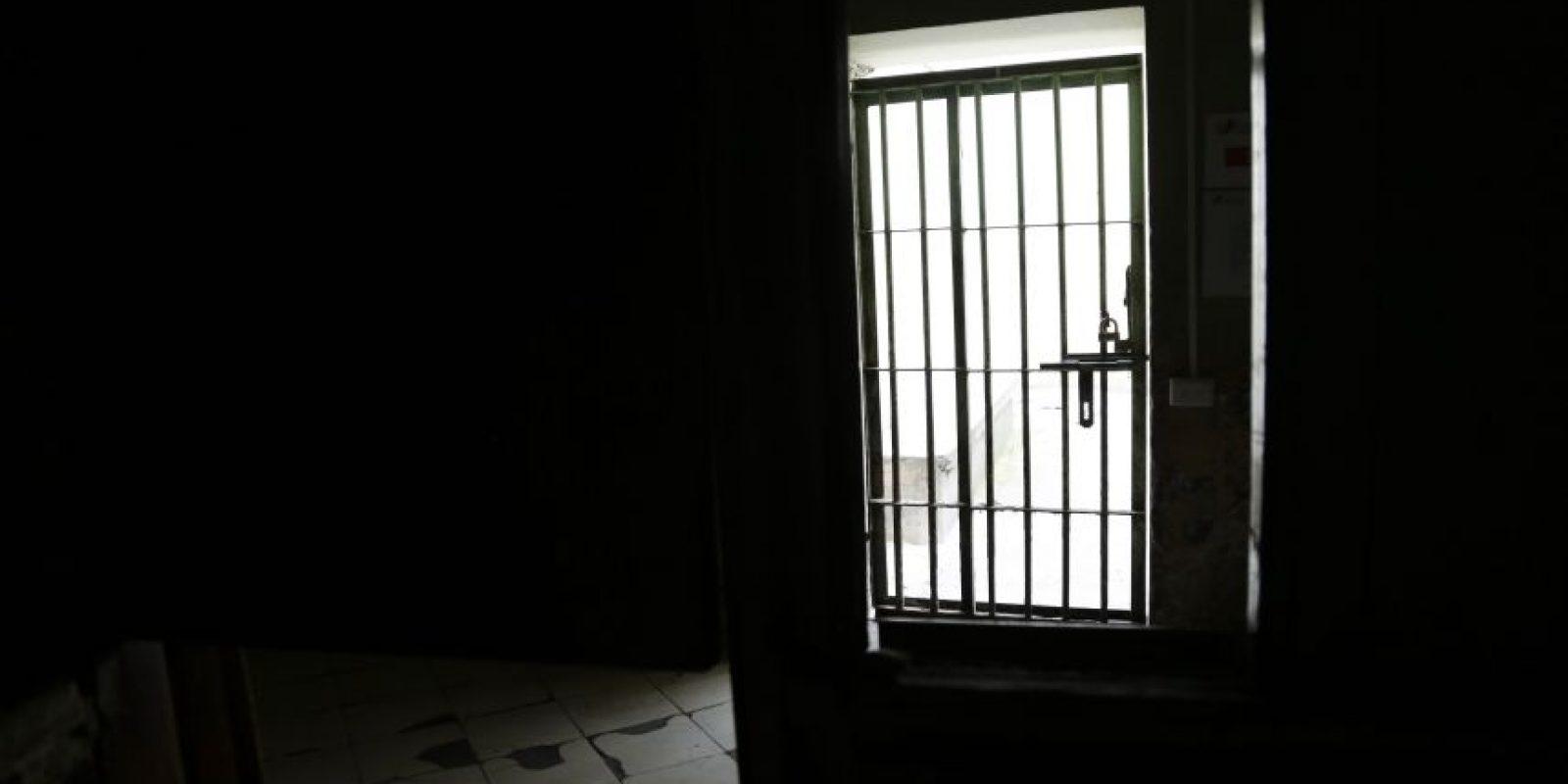 En esta imagen del 9 de abril de 2015, una puerta dentro de un ala del ahora vacío penal García Moreno, durante una visita guiada al público en Quito, Ecuador. El destino del edificio sigue sin decidir, pero las autoridades señalan que se está estudiando un proyecto que convertiría la vieja cárcel en un céntrico hotel de lujo. Otra propuesta es convertirlo en un museo de la ciudad. Foto:AP/ Dolores Ochoa