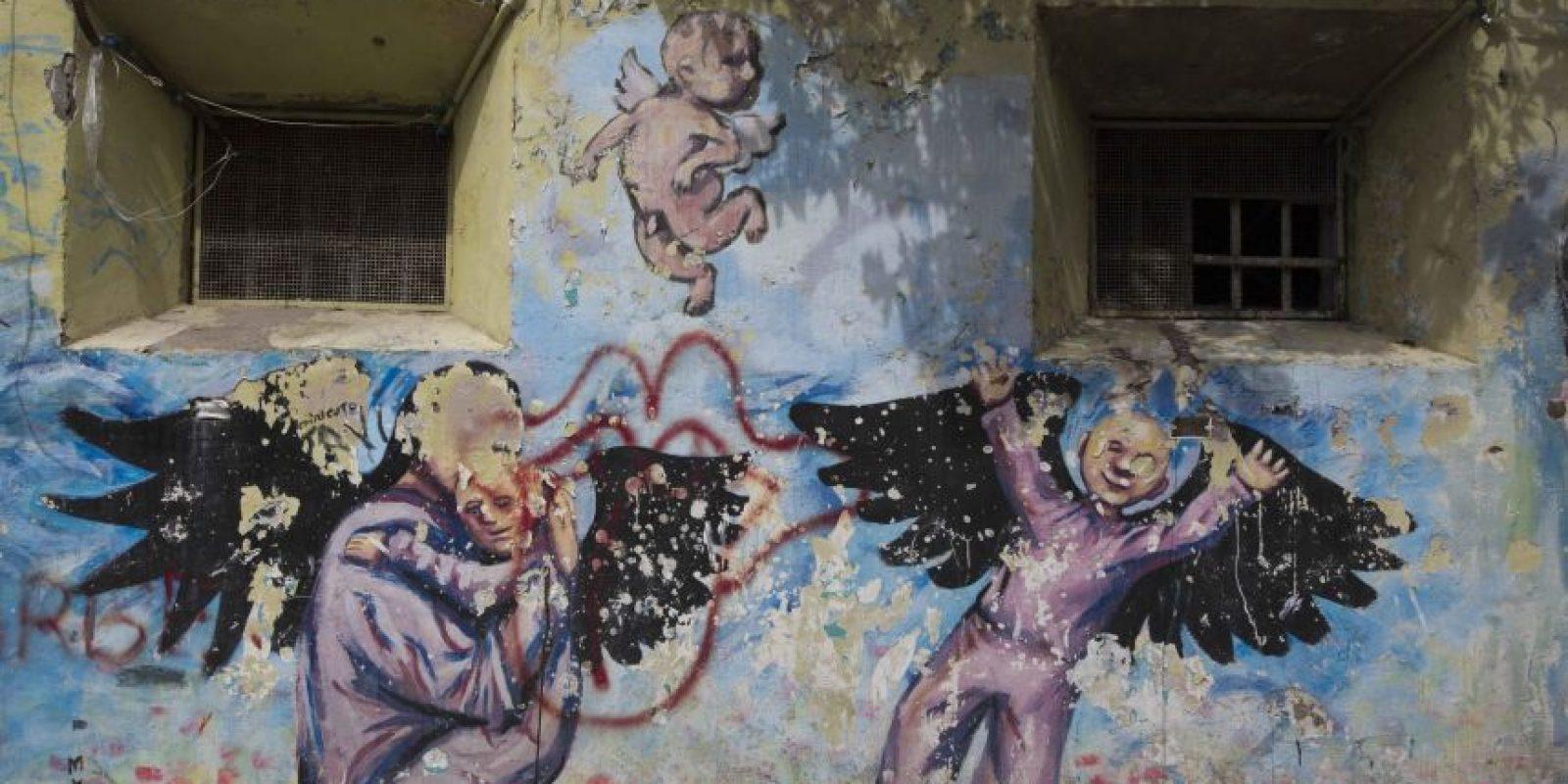 En esta imagen del 16 de abril de 2015, un mural pintado por presos en el patio del ahora vacío penal García Moreno, durante una visita guiada al público en Quito, Ecuador. El psicólogo Óscar Ortiz, que trabajó con los internos entre estos muros, organizó a artistas locales para que colaborasen con los prisioneros para adornar los muros con pinturas. Foto:AP/ Dolores Ochoa