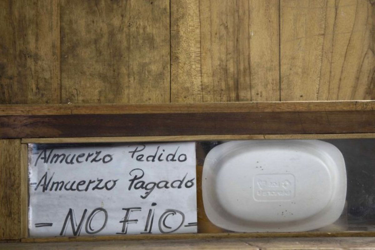 """En esta imagen del 14 de abril de 2015, una nota escrita a mano que dice """"Almuerzo pedido, almuerzo pagado. No fío"""", en el interir de una celda en la ahora vacía prisión García Moreno durante una visita guiada para el público en Quito, Ecuador. El prisionero que empleaba esta celda vendía comida y gestionaba una pequeña tienda en el interior, ofreciendo artículos a los otros presos. Foto:AP/ Dolores Ochoa"""