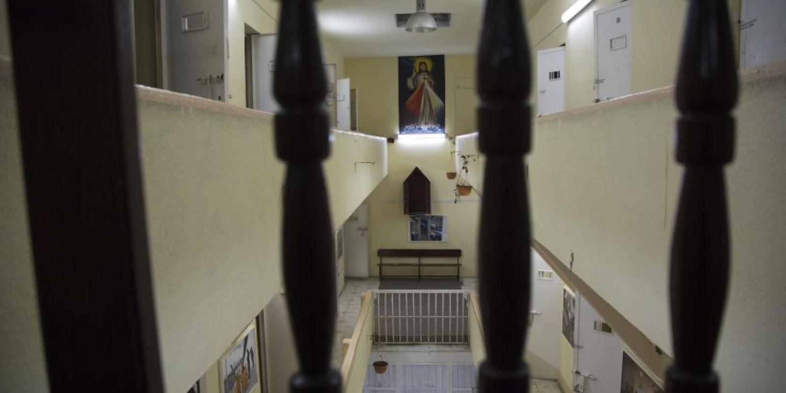 En esta imagen del 14 de abril de 2015, un póster de Jesús colgado en la ahora vacía prisión García Moreno, durante una visita guiada para el público en Quito, Ecuador. Después de que los presos fueran transferidos a otros lugares en septiembre, los guías empezaron a ofrecer visitas de 30 minutos en las instalaciones, en las que los turistas pueden ver las celdas donde dormían los internos, así como las salas comunes. Foto:AP/ Dolores Ochoa