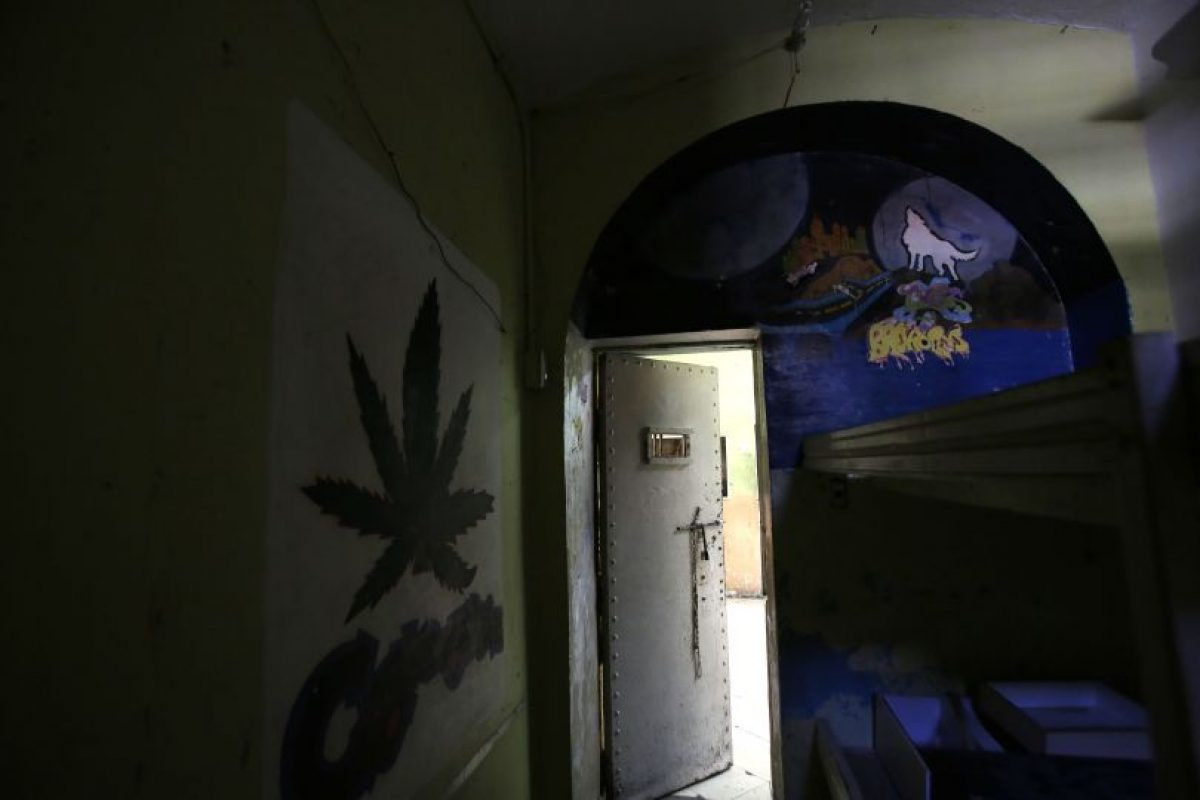 n esta imagen del 9 de abril de 2015, murales decoran los muros de una celda en la ahora vacía prisión García moreno, durante una visita guiada para el público en Quito, Ecuador. Según guías turísticos, el tamaño de las celfas varía. las más pequeñas miden 8 metros cuadrados y están diseñadas para dos internos, pero en la práctica tenían ahsta ocho, y la mas grande, de 30 metros cuadrados, podía albergar hasta 40 personas. Pero un prisionero con dinero podía darle plata a las pandillas que controlaban la vida diaria dentro del penal para que tuviera sólo un compañero de cuarto. Foto:AP/ Dolores Ochoa
