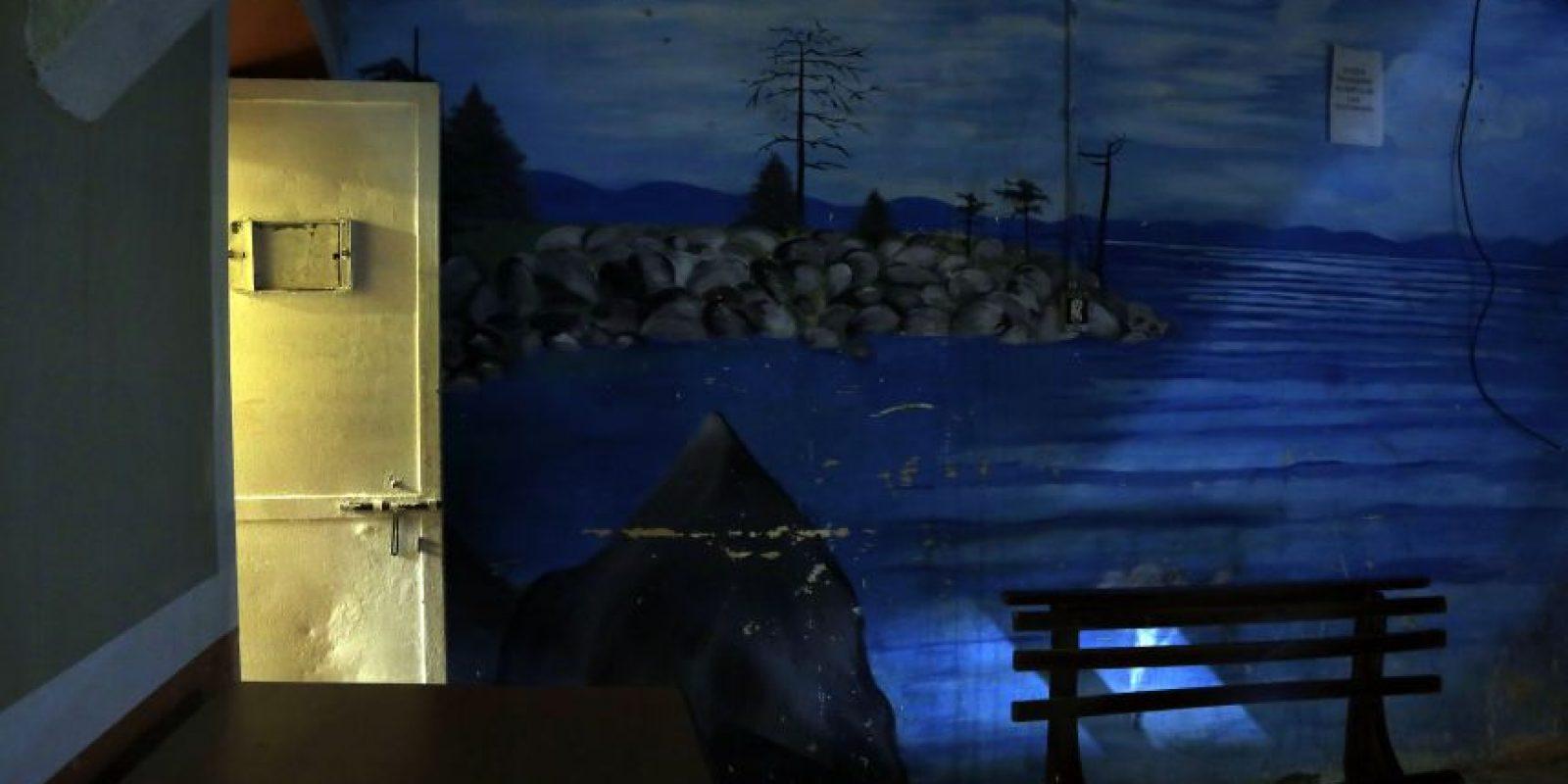 Esta imagen del 9 de abril de 2015 muestra la apertura de una puerta hacia las áreas comunes de la ahora abandonada Prisión García Moreno, durante una visita guiada al público en Quito, Ecuador. Sus frías paredes están marcadas con palabras y coloridos murales, escritos y dibujados durante 139 años, por los prisioneros que van desde ladrones de pollos hasta políticos. Foto:AP/ Dolores Ochoa