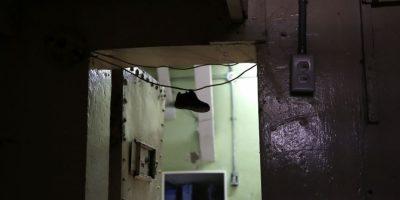 En esta imagen del 9 de abril de 2015 se muestra el zapato de un niño colgado a la entrada de una celda en la ahora abandonada Prisión García Moreno, durante una visita guiada al público en Quito, Ecuador. Los guías cuentan la historia de un prisionero que durante un ataque de celos estranguló a muerte a su esposa y luego se colgó frente a sus dos hijos durante una visita familiar hace varios años. Foto:AP/ Dolores Ochoa