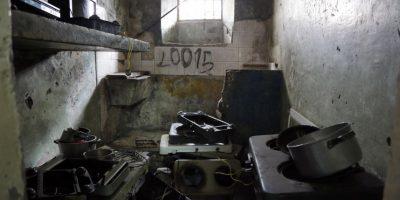 Esta imagen del 9 de abril de 2015 muestra una celda repleta de equipo eléctrico y de cocina que fue dejado por los prisioneros antes de ser transferidos de la Prisión García Moreno a una nueva instalación en Quito, Ecuador. También quedaron en el lugar números telefónicos escritos con prisas, y promesas escritas de jamás volver a la cárcel. Foto:AP/ Dolores Ochoa